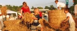 buckower-strohballenfest-berlin-kinder-im-stroh