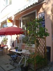 engelmann-tarabichi-familiencafe-eingang-bistro-tische