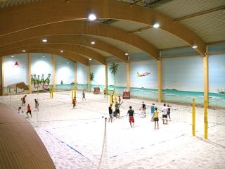 uebersicht-indoor-beach-center-berlin-tauziehen