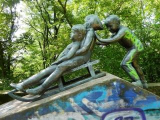 schlittenskulptur-volkspark-prenzlauer-berg-P1060908