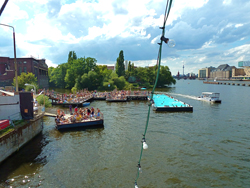 sommer-in-berlin-treptow-badeschiff