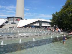 sommerferien-berlin-fernsehturm-planschen-klein