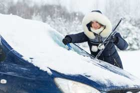 Windschutzscheibe im Winter vom Eis befreien