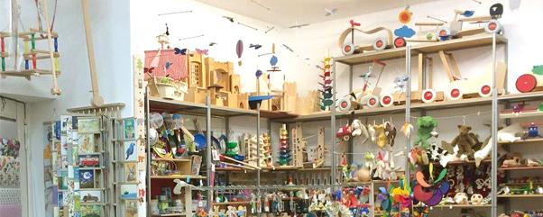 Puppenwagen, Lauflernräder, Schaukelpferde – Holzspielzeuge Spielzeugladen Katalka in Berlin
