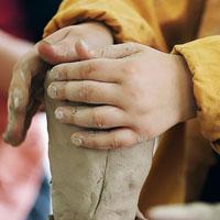 Sommerferien im Britzer Garten: Sei kreativ bei uns im Lehm-Atelier