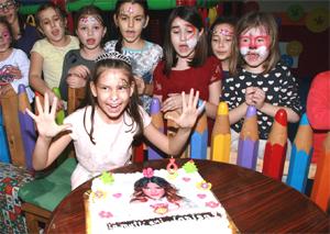 Eine Geburtstagsfeier ist für jedes Kind etwas Besonderes. Angefangen vom Kuchen über die Dekoration bis hin zu den Abschiedsgeschenken