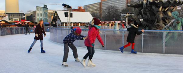 Schlittschuhlaufen Berlin Weihnachtsmarkt.Eisbahn Am Neptunbrunnen Berlin Mitte City Ytti De Ytti